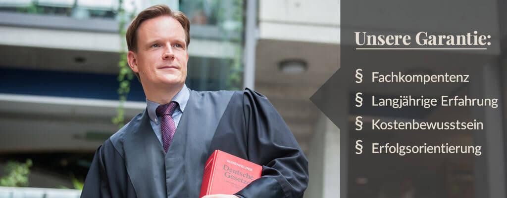 Rechtsanwalt Dr. Beier in Robe.